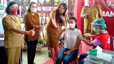 Pastikan Terlindungi, Dr Devi Tinjau Vaksinasi Anak Umur 12-17 Tahun di Minahasa
