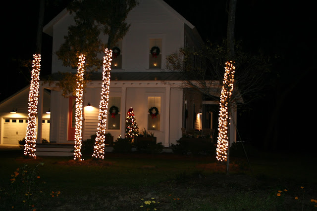 Simple classic cottage outdoor Christmas Decorations | The Lowcountry Lady