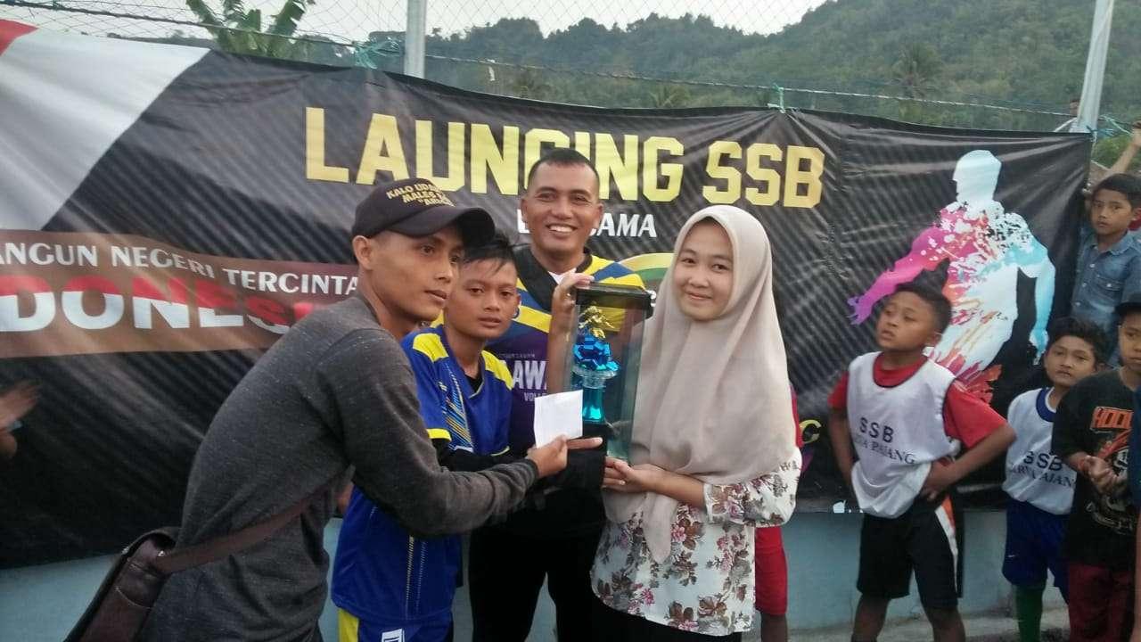 Pemberian Piala kepada Juara Kompetisi Futsal antar SD Pada Acara Lembur Sawah Ngahiji