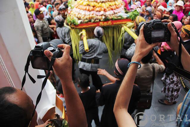 media-mengambil-gambar-Tarian-Rakyat-Pacitan-Prosesi-Kirab-Hari-Jadi-Pacitan-272