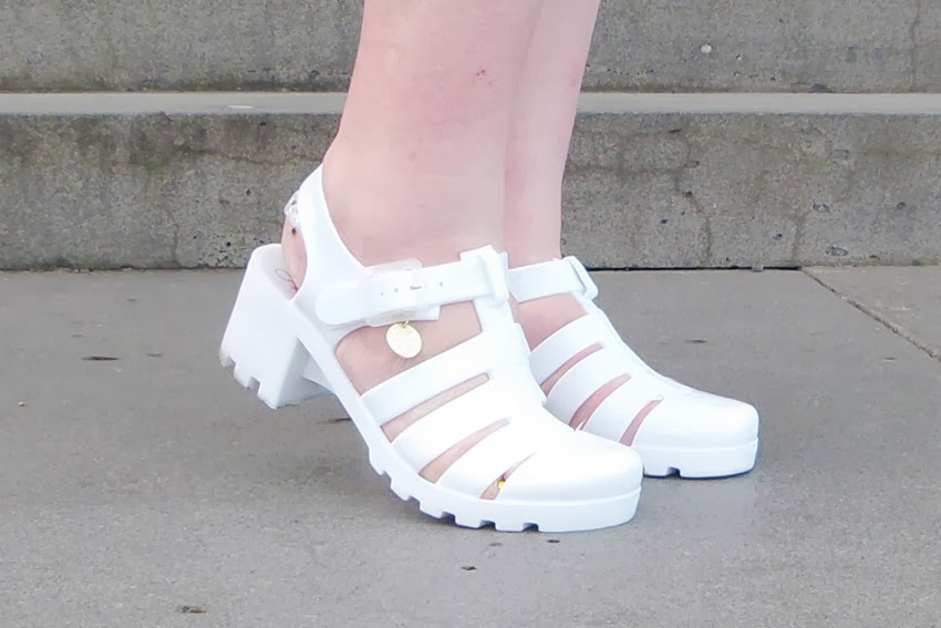 Is There A Garage Shoes In White Rose