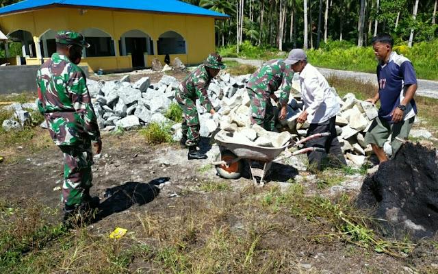 Danramil 01/Ranai Pimpin Gotong Royong Bersihkan Pesantren Fastabikul Khoirot