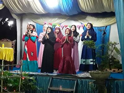 Bernyanyi 8 orang putri