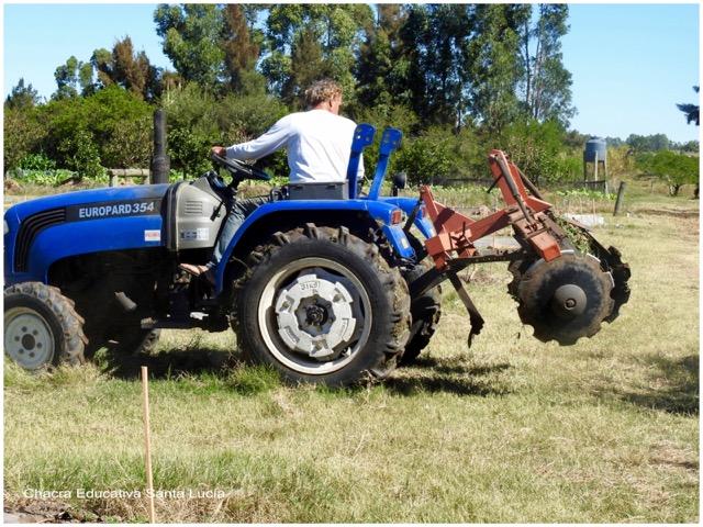 Manejando el tractor - Chacra Educativa Santa Lucía