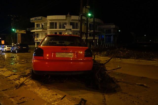 ΙΧ παρασύρθηκε από τα ορμητικά νερά στο κέντρο της Ηγουμενίτσας (+ΦΩΤΟ)