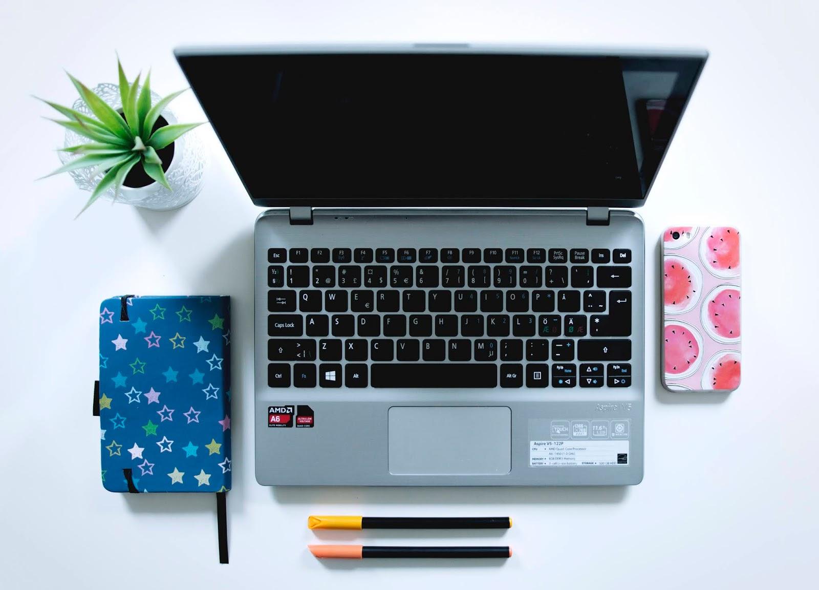 Komputer leżący na białym biurku