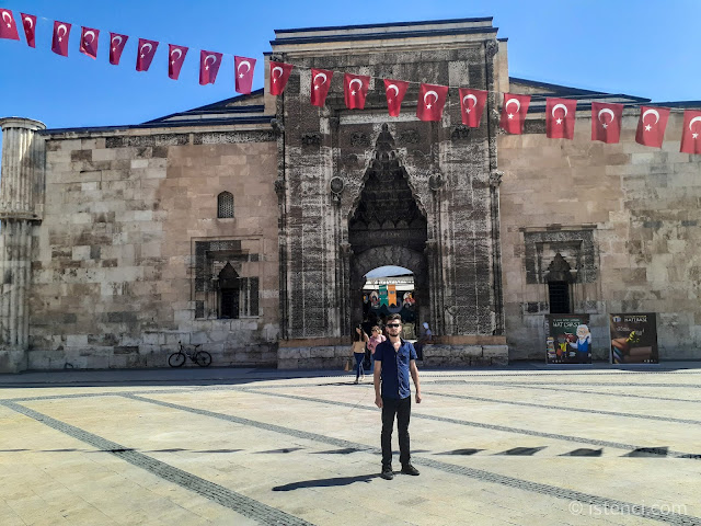 Harun İstenci Sivas'ta Gök Medrese önünde...