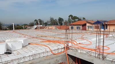 A laje piso, do tipo protendida com enchimento de poliestireno expandido, sendo montada em junho de 2016.