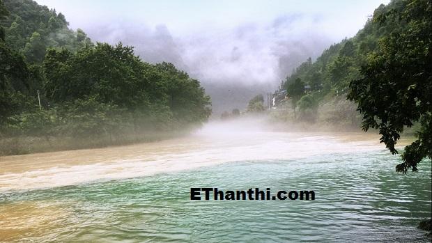 இரண்டு வண்ணங்களில் நீர் செல்லும் நீர் ஓடை ஆச்சர்யம் !