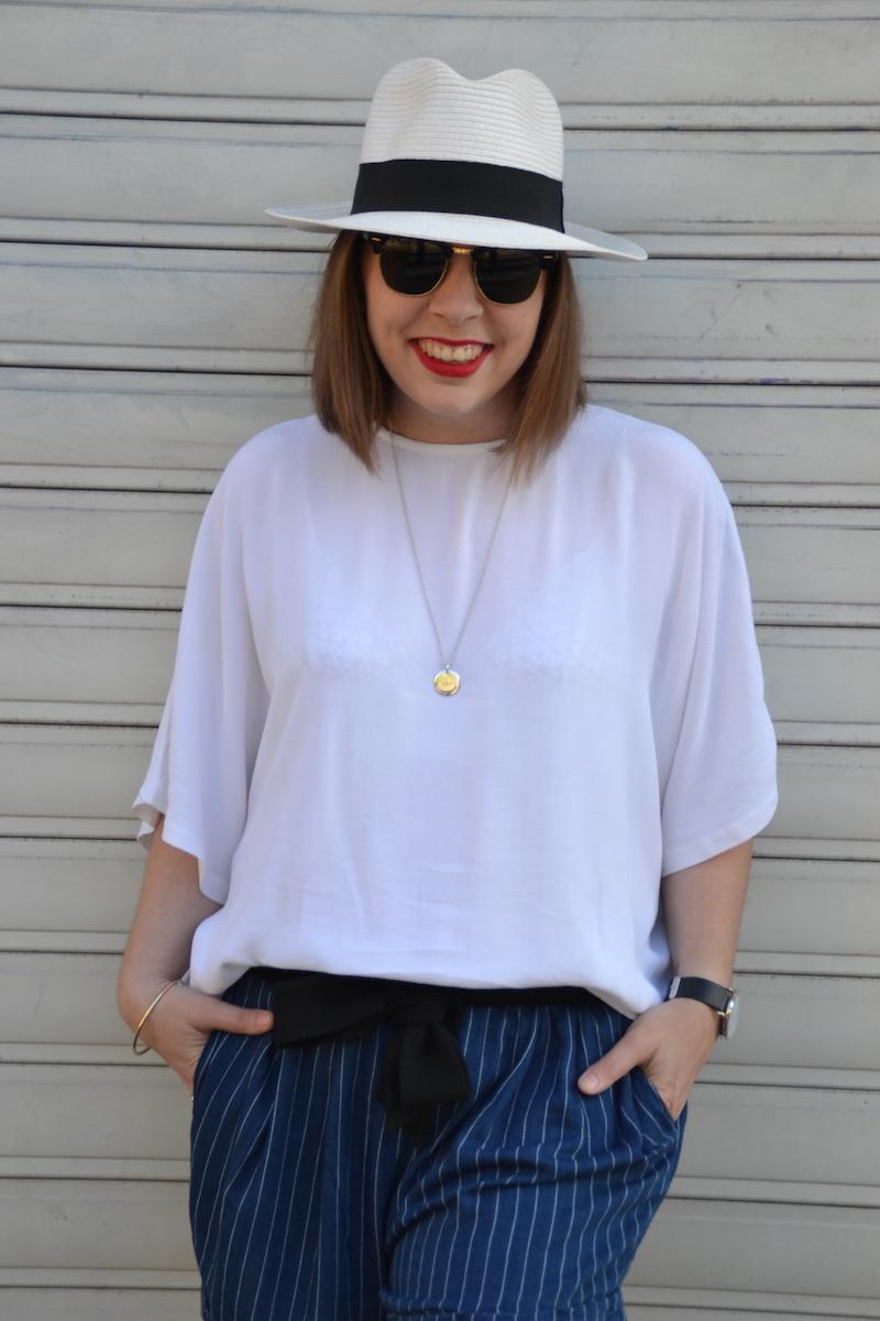 panama , blouse blanche H&M, clubmaster, short en coton rayé et médaille L'atelier D'amaya