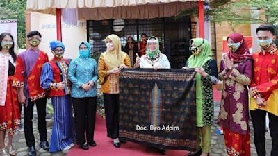 Riana Sari Arinal Launching Sarung Pelangi Belah Ketupat dan Serahkan Bantuan kepada Masyarakat