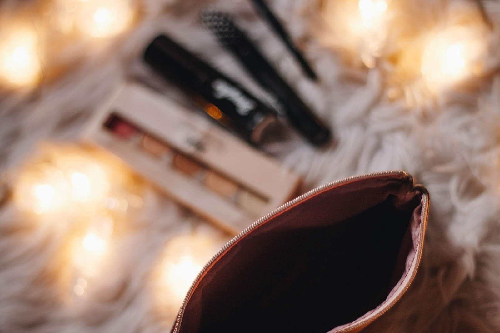 O mês de Dezembro chegou e, possivelmente, estão a pensar nas prendas de Natal que ainda faltam comprar. Por mais cedo que comecemos a pensar nelas, há sempre uma ou outra que acabamos por adiar. A black friday é uma ótima altura para aproveitar os bons deals para comprar presentes, mas, caso não o tenham feito, não desesperem - o post de hoje tem duas sugestões para apreciadores de maquilhagem e acessórios personalizados.