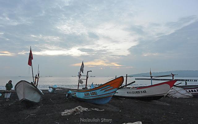 Perahu tergalang di tepian pantai