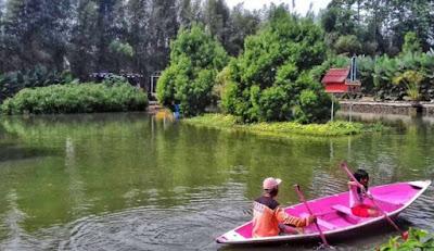 Naik perahu di Kampung Tulip Bandung