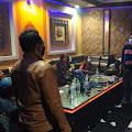 Beroperasi  Melebihi Pukul 21.00 WIB, Aktifitas di New D'Jozz Family Karaoke Dibubarkan, Modusnya Pintu Depan Ditutup, Pengunjung Lewat Belakang
