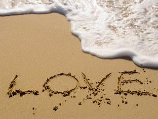tulisan love di pantai