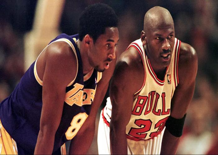 Pemain Los Angeles Lakers, Kobe Bryant menjaga pemain Chicago Bulls Michael Jordan saat bertanding pada kuartel keempat NBA di United Center di Chicago pada 17 Desember 1997. Kobe Bryant telah terpilih menjadi All-Star sebanyak 18 kali.