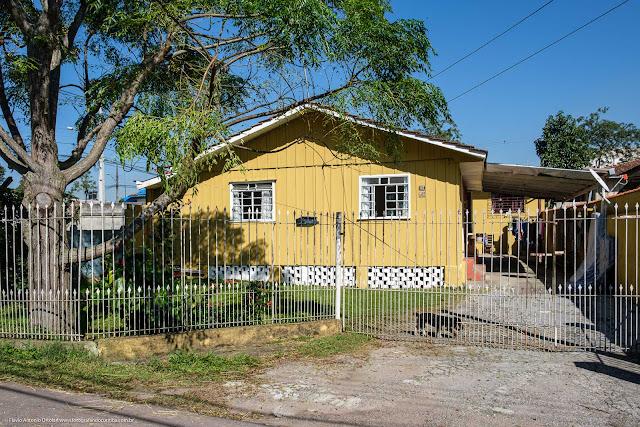 Casa de madeira, pintada de amarelo