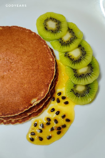 pancakes with kiwi and passion fruit jam