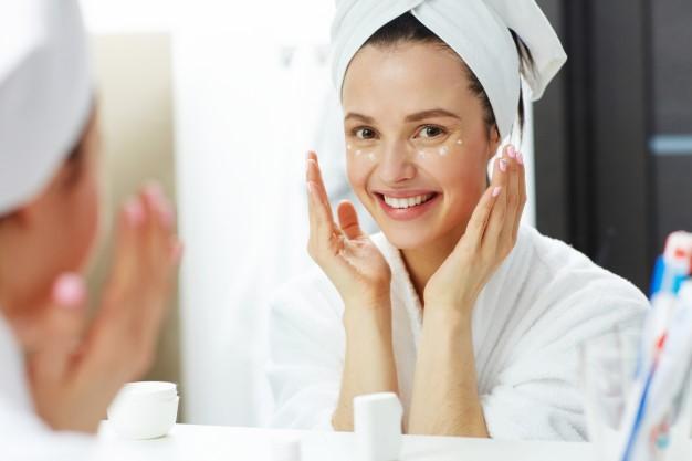 9 نصائح للعناية بالبشرة معتمدة من أطباء الجلد للحصول على أفضل بشرة في حياتك