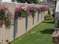 Design of wooden fence with floral decorations