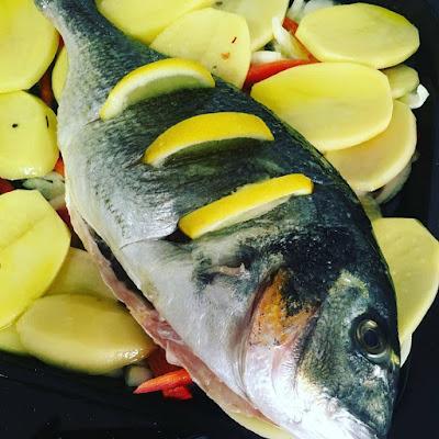 Dorada, dorada al horno, pescado, pescado al horno, verduras, verdura al horno, dorada con verduras al horno, dorada al horno con verduras, cebolla, pimiento rojo, patata, que comemos hoy, hoy cocino yo, para chuparse los dedos,