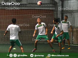 Luis Haquin y Patricio Vidal disputan el balón en la práctica de Oriente Petrolero, mientras que Yasmani Duk y Helmut Gutiérrez observan el duelo - DaleOoo