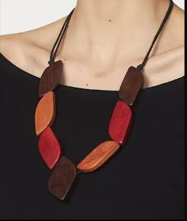 Collane anelli e orecchini di legno