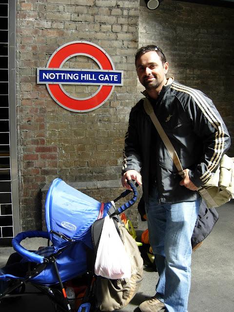 no bairro de Notting Hill acontece o Portobello Road Market