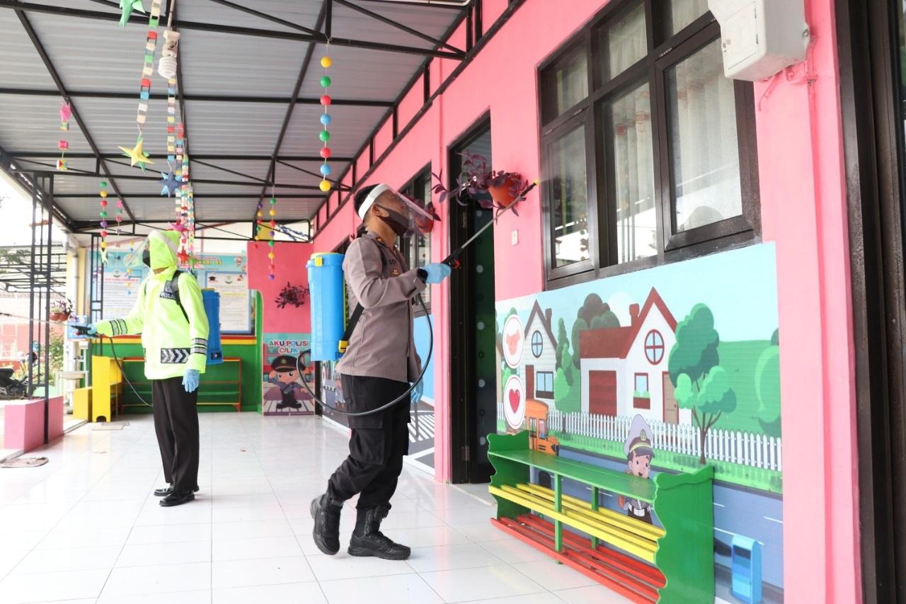 Sambut Tahun Ajaran Baru, TK Kemala Bhayangkari 85 Kebumen Disemprot Disinfektan