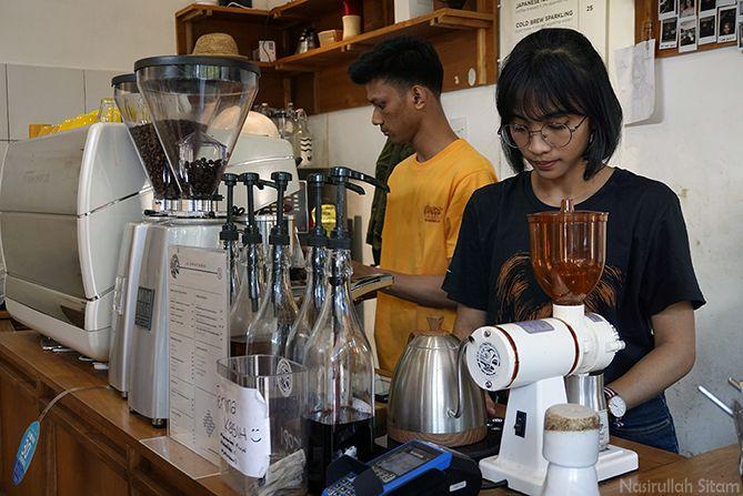 Barista kedai kopi Signatura Coffee