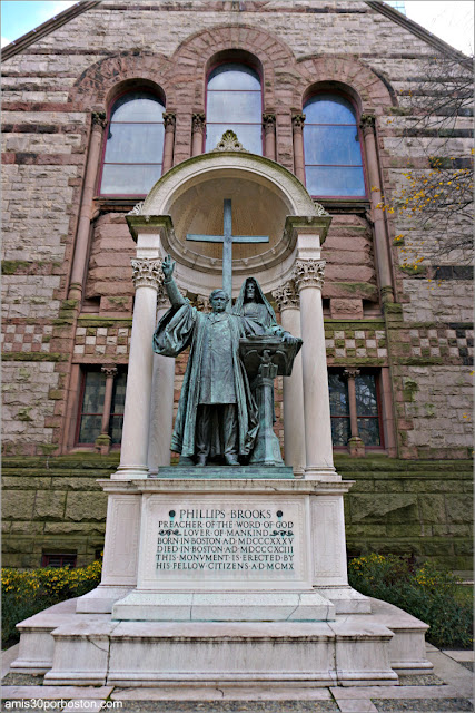 Escultura de Phillips Brooks en Trinity Church en Boston