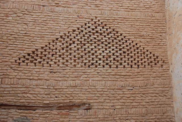 les habitants s'amusent avec cette pyramide à jeter de petits cailloux pour les loger dans les trous