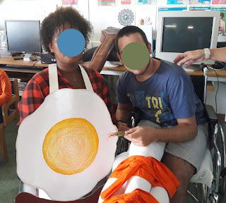Uma aluna da escola de Alcabideche e um aluno de Alcoitão convivem