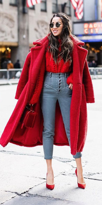 Look your best when you step out this holiday season. Here are 22 pure holiday style inspiration new ways to dress and impress in the upcoming christmas season. Holiday Fashion via higiggle.com | red coat outfits | #fashion #holiday #coat #christmas
