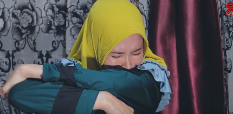 photo wanita berjilbab kuning sendiri menangis sedih