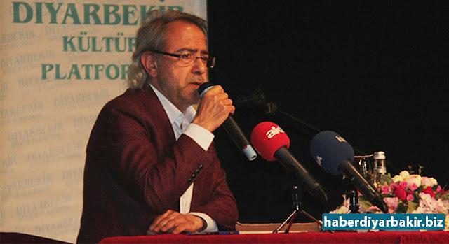 """DİYARBAKIR-""""Diyarbakır Neden Türkiye'nin Mührüdür"""" konferansında konuşan Tarihçi Mustafa Armağan """"Alman edebiyatını okuyoruz. İngiliz edebiyatını okutuyoruz. Emperyalistlerin edebiyatını okuyoruz ama benim Kürt edebiyatım orada yer almıyor. Milyonlarca insanın Kürtçe konuştuğu bir ülkede onların dili ve edebiyatı yok sayılıyor."""" dedi."""
