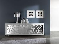 Üzerinde dalgalı yaprak deseni olan aynalı gri renkli oturma odası konsolu