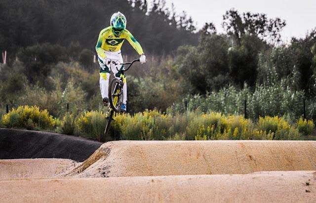 Ciclista de BMX saltando rampa