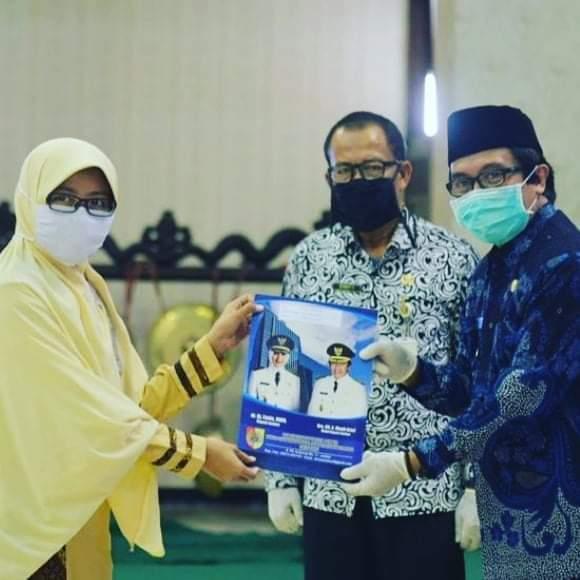 Membangun Masyarakat Sehat,  227 Ijin Praktek Dan Operasional Kesehatan Kabupaten Jember Di Serahkan