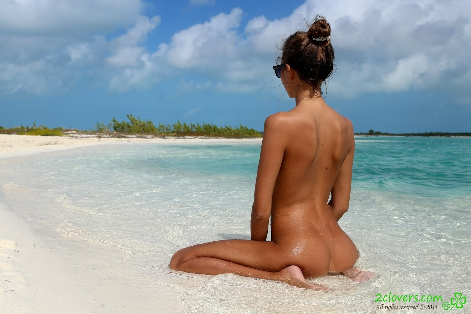 [2Clovers.Com] Clover - Cayo Largo Walk / Public Nudist Beach - idols