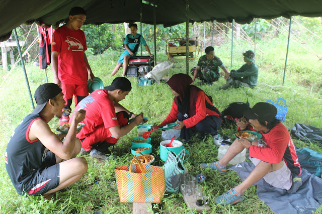 Jalin Keakraban, TVR Dan Satgas TMMD 105 Kodim 1424/Sinjai Makan Bersama Di Lokasi
