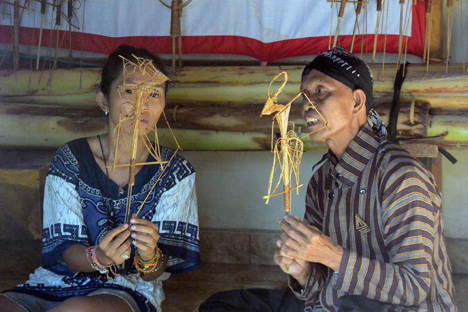 Satya Winnie Bersama mbah Marsono mengenal Wayang Sodo