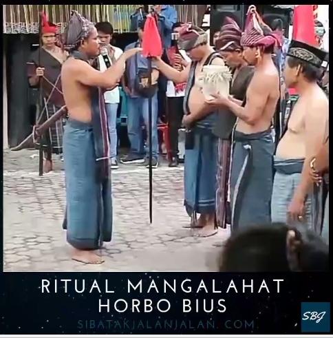 upacara pembukaan horja batak oleh para bius dan tetua adat batak