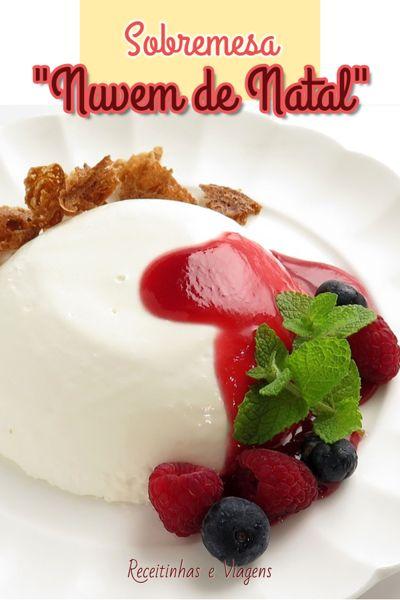 Sobremesa branca em forma de nuvem com calda de frutas vermelhas