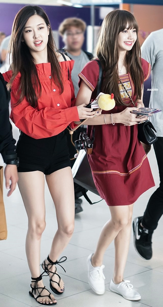 DPtf qNUQAAbrOA - Blackpink Rose Airport Style
