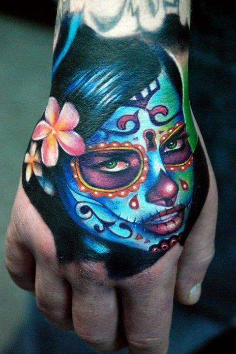 vemos una mano de hombre con el tatuaje de catrina en azul