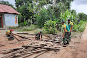 Personel Satgas Pamtas Yonif 411 Kostrad Bantu Perbaiki Jembatan Rumah Warga