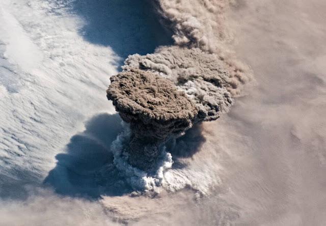 Извержение российского вулкана Райкоке из космоса
