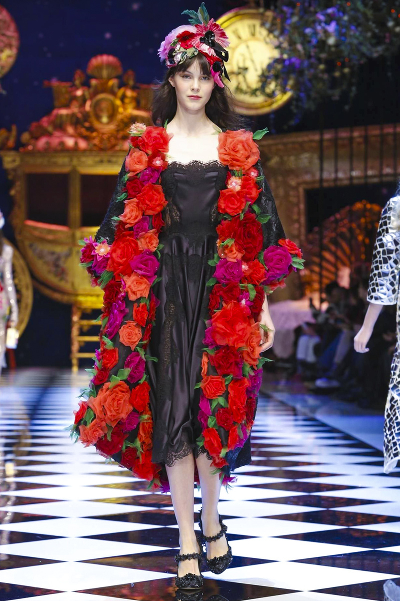 3385f7c427af Dolce & Gabbana fall winter 2016 - 17 accumulations can get motivating  touch on their dresses. Their enchanted enlivened dresses can style up  their model ...